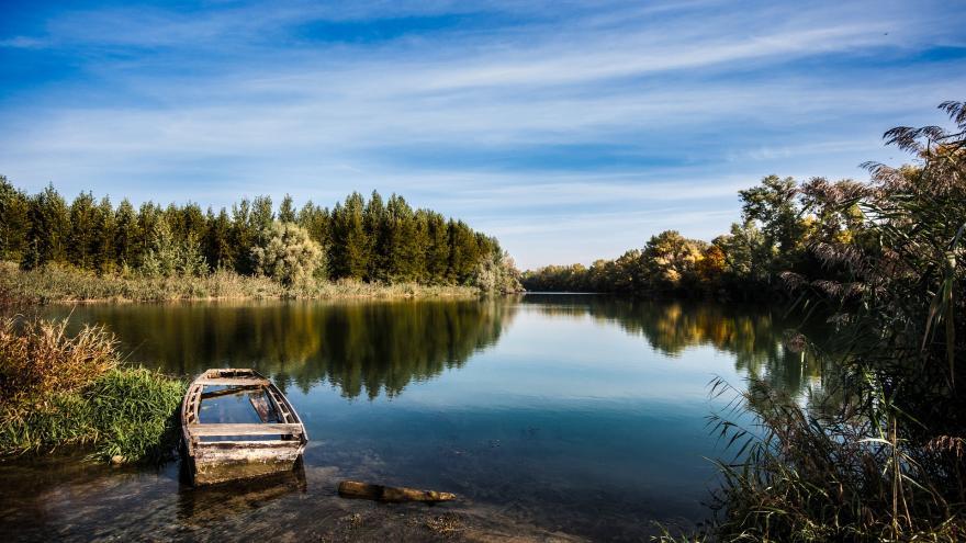 Río con barca abandonada