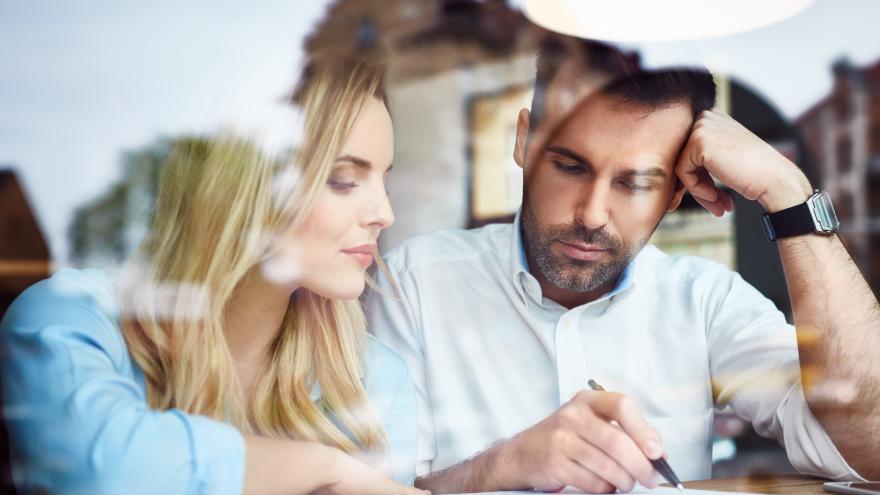 homnre y mujer escribiendo