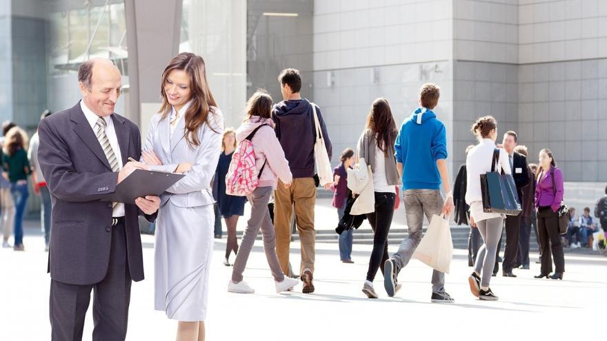 Escena de personas en la calle con un primer plano de dos de ellas llegando a un acuerdo