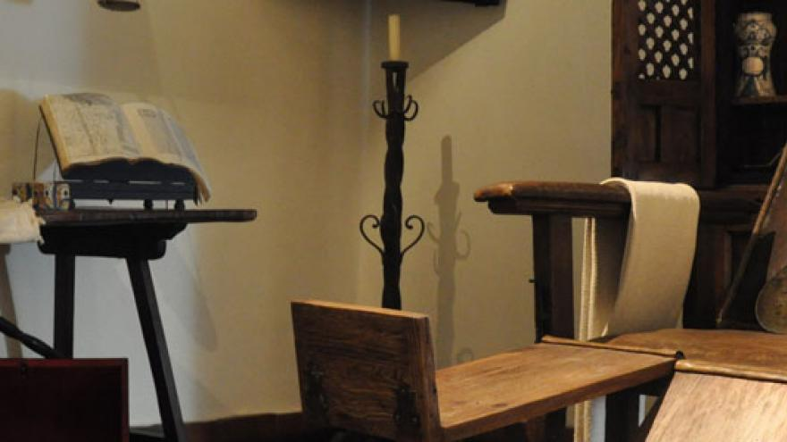 Silla de madera y demás artefactos de trabajo en la botica de Rodrigo de Cervantes del museo casa natal de Cervantes