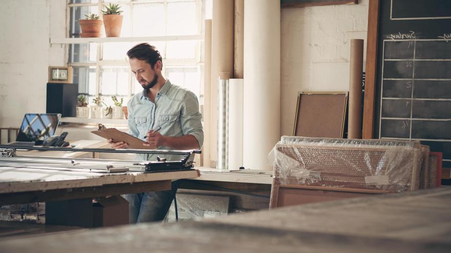 Hombre trabajando en su estudio