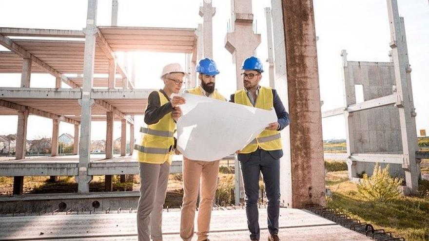 Trabajadores consultando un plano