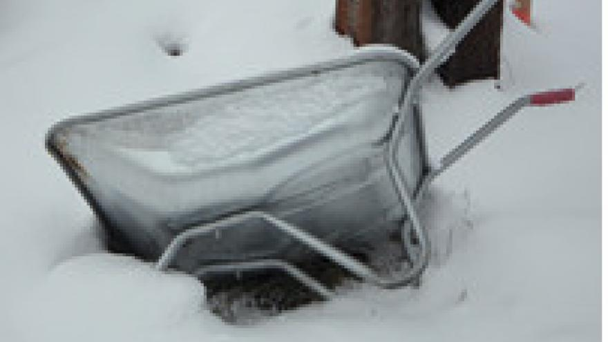Carretilla hundida en nieve