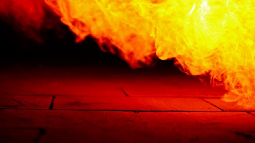 Imagen de un incendio: se ve fuego y suelo