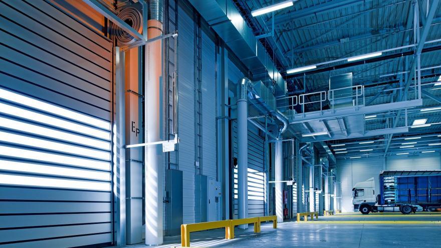 Portón en pasillo de nave industrial