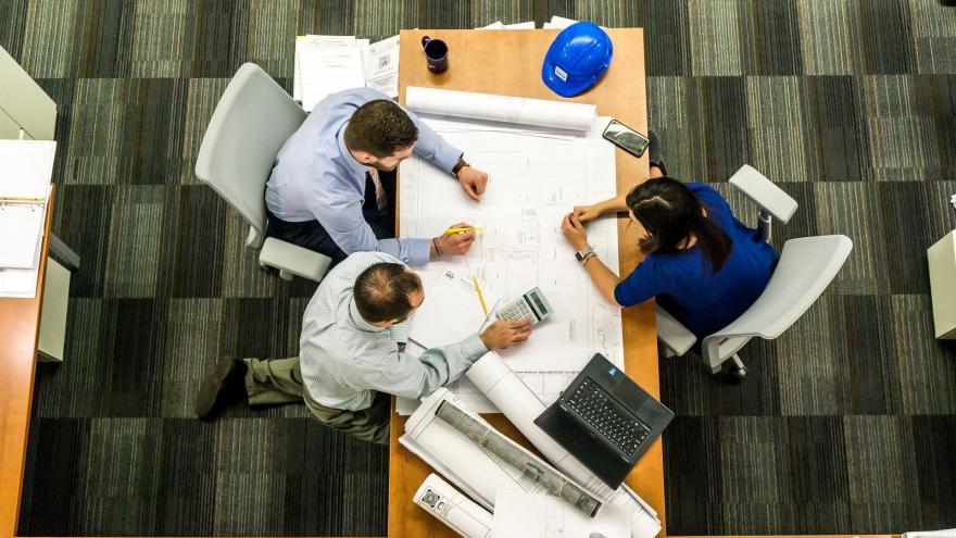 Reunión de trabajadores alrededor de una mesa