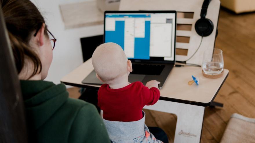 Madre e hijo frente a un ordenador
