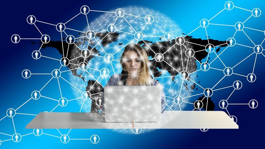 Mujer trabajando con el portátil