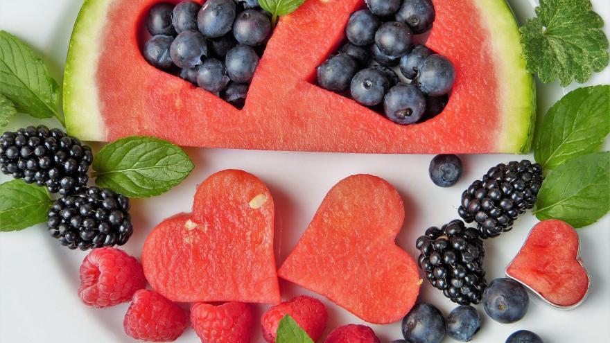 Frutas variadas con forma de corazones