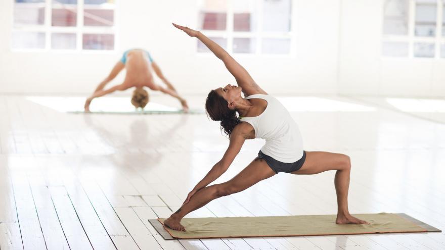 Persona haciendo gimnasia