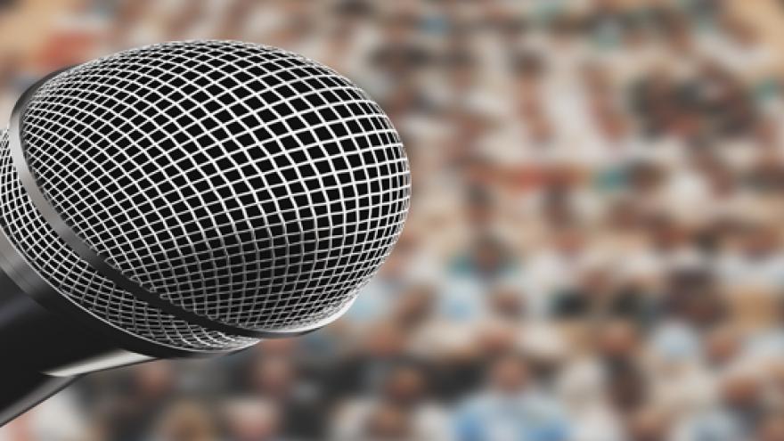 Micrófono ante auditorio