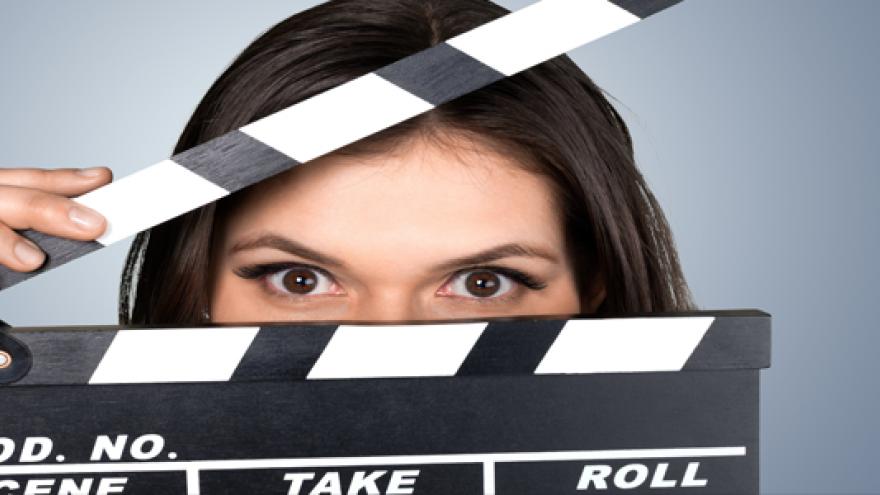 Mujer tras claqueta de cine