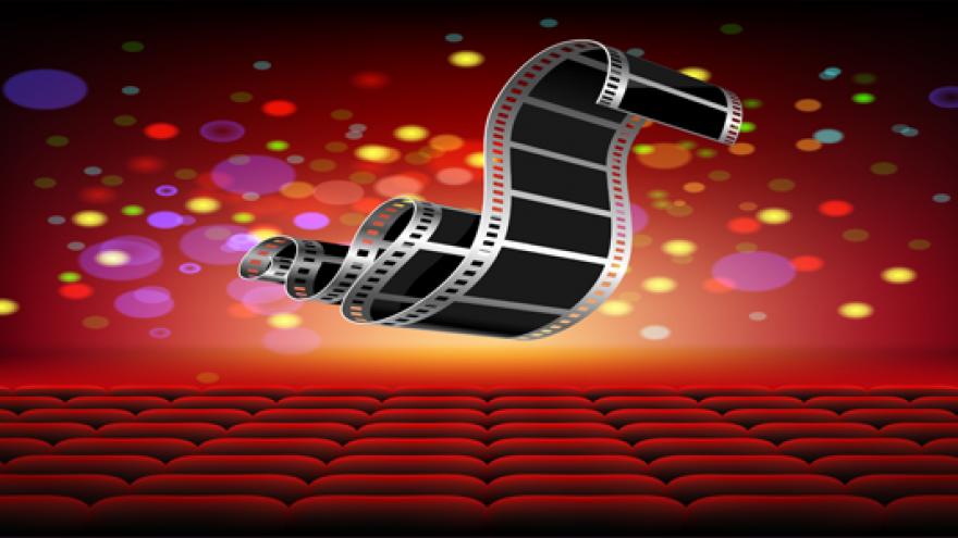 Patio de butacas y rollo de película por encima