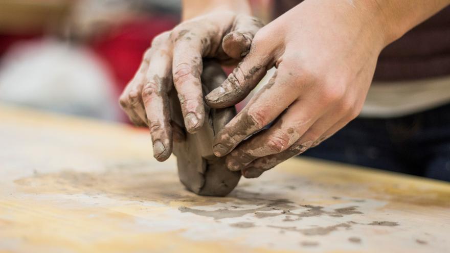 manos amasando barro