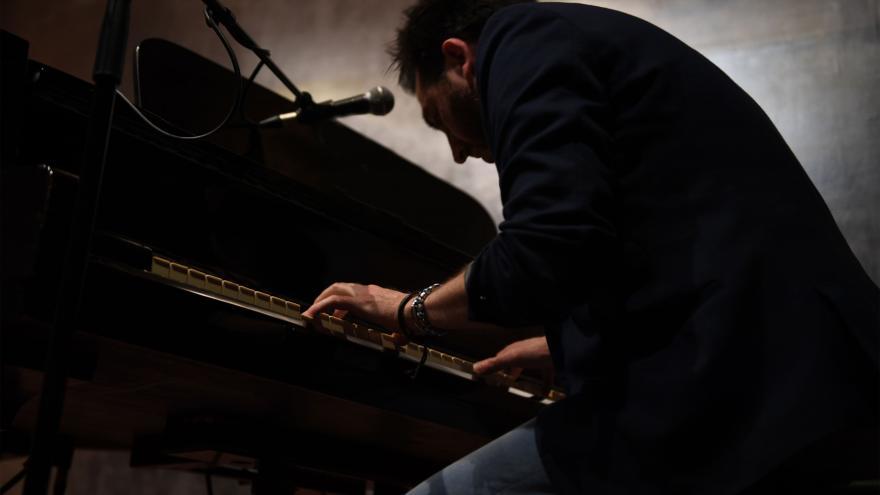 José Ruíz interpretando Quince historias y un piano