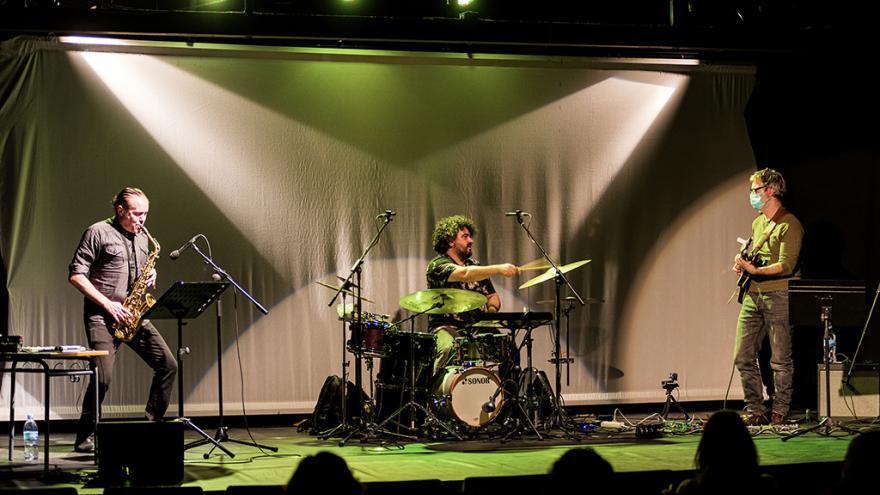 Tres músicos sobre el escenario