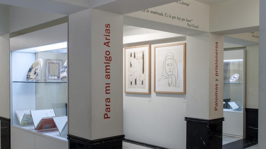 Vitrinas y carteles en el interior del Museo Picasso de Buitrago del Lozoya