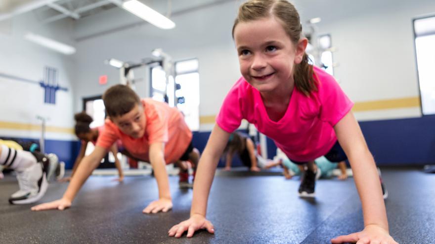 Niños haciendo gimnasia en la escuela