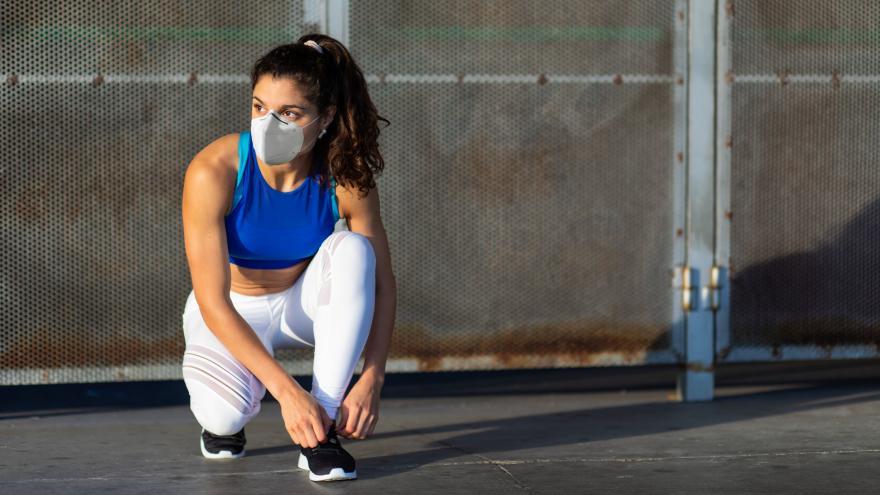 Mujer preparándose para hacer deporte