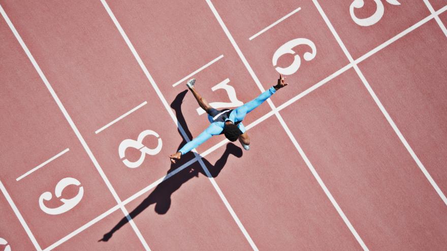 Corredor cruzando la meta