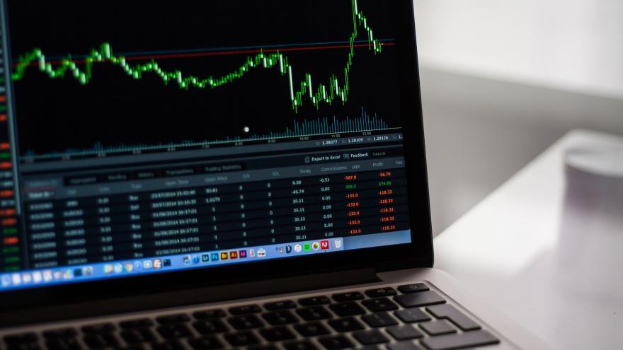Imagen de ordenador portátil con datos estadísticos