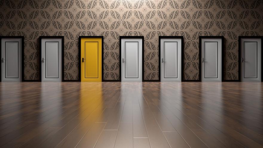 Sala con puertas blancas y una amarilla