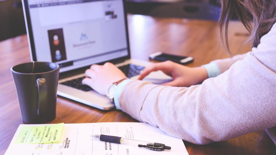 Estudiante trabajando con el ordenador