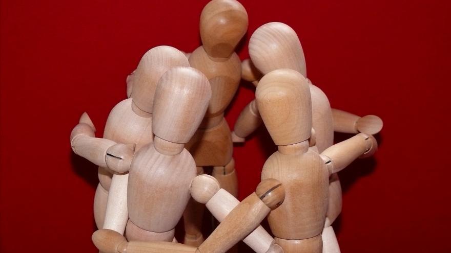 Muñecos articulados abrazándose