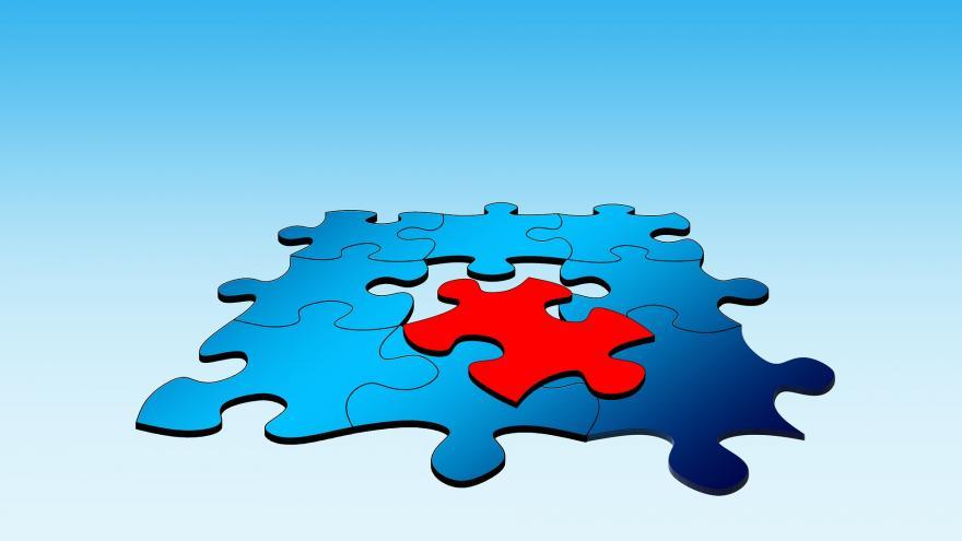Imagen de puzle azul con ficha sobresaliente en rojo