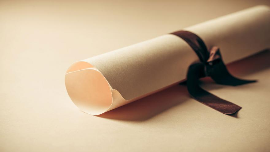 Diploma enrollado con una cinta negra