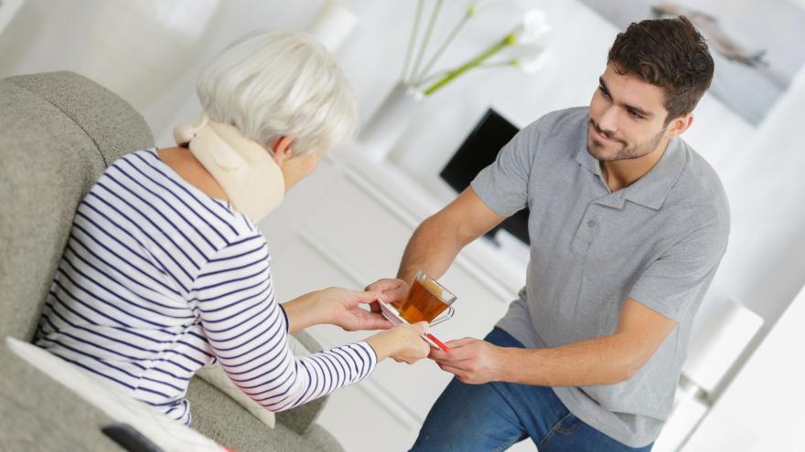Joven ofreciendo taza de té a una anciana