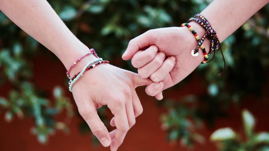 Dos manos entrelazadas