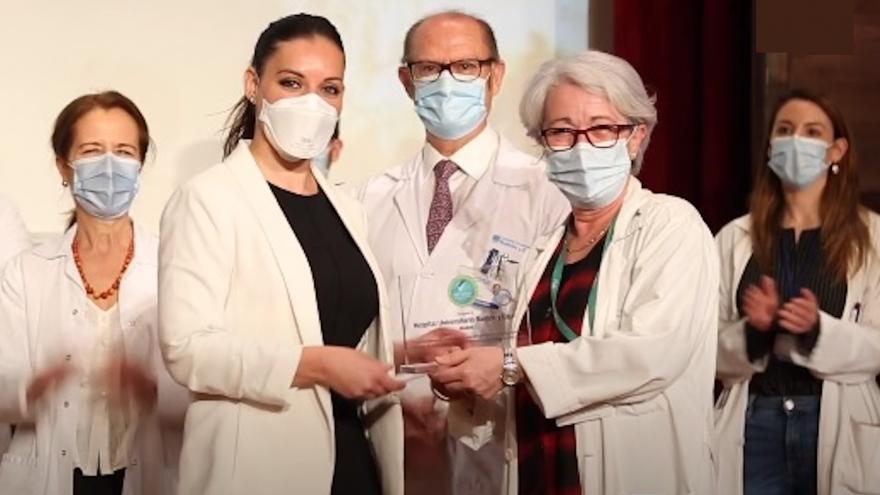 Imagen de profesionales del Servicio de Medicina Preventiva y Salud Pública recibiendo el reconocimiento