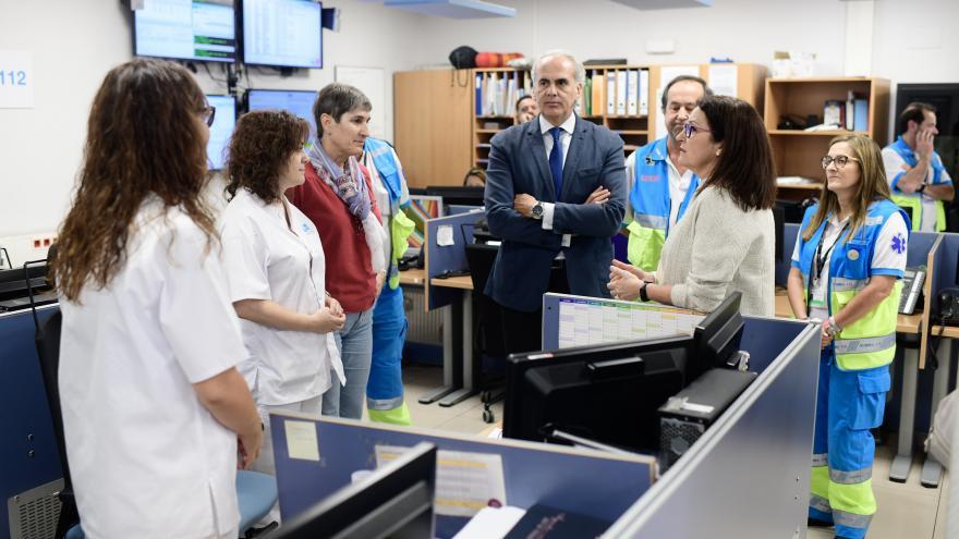 Dos profesionales del PAL 24, durante una visita institucional