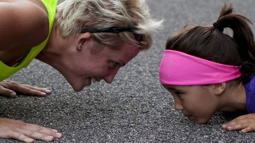 Imagen de una niña acompañada apoyada en el suelo
