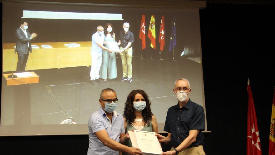 Dos representantes de los servicios de Urgencias y UCI recogen el reconocimiento del Ayuntamiento