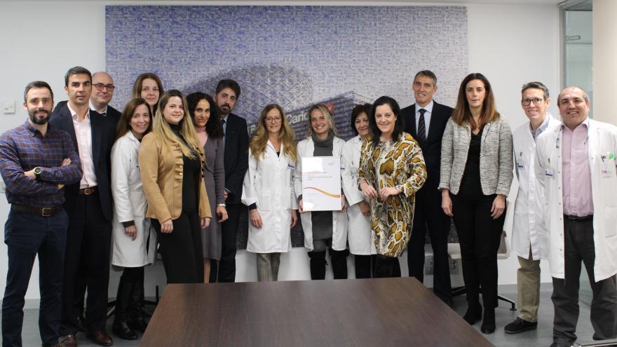 Equipo directivo del Hospital con el certificado de excelencia