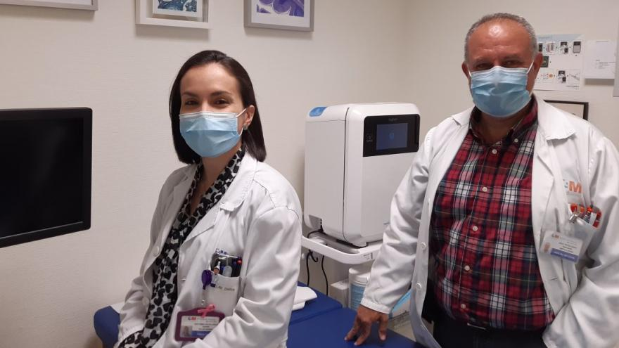 Dos médicos anatomía patológica en consulta
