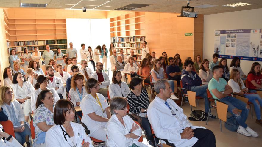Público asistente en el salón de actos del Hospital Infanta Sofía al acto de recepción de los nuevos residentes MIR y EIR