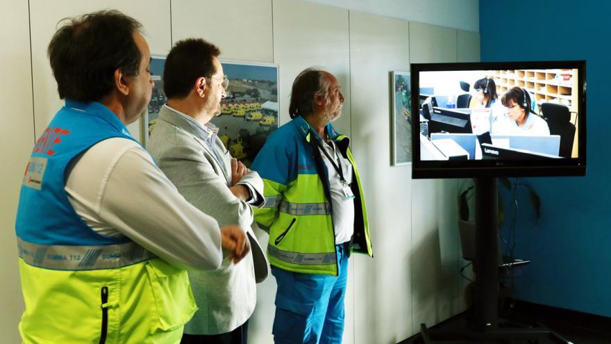 Viceconsejero de Sanidad y Gerente del Summa en el centro coordinador observando una pantalla del SUMMA