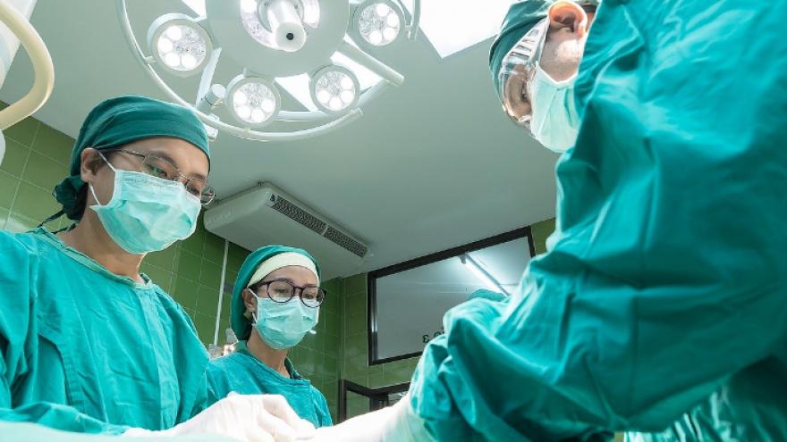 Imagen de un quirófano con tres especialistas
