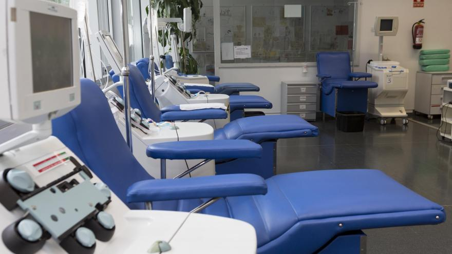 Camillas vacías en sala de donación de sangre