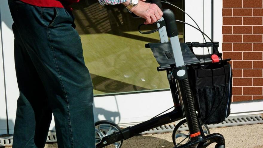Persona con andador como ayuda a caminar