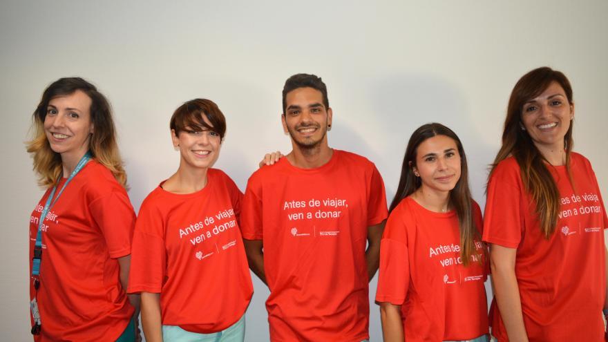 Profesionales del hospital con el lema del maratón en sus camisetas