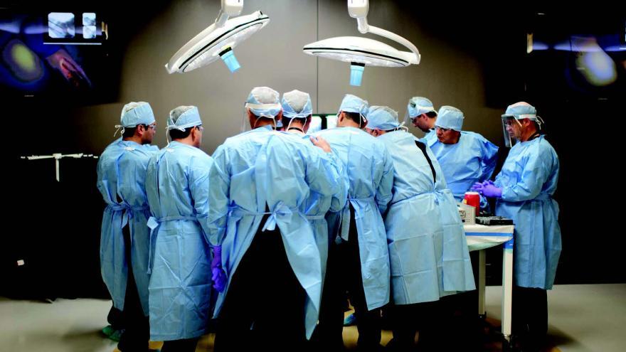 Imagen de médicos operando