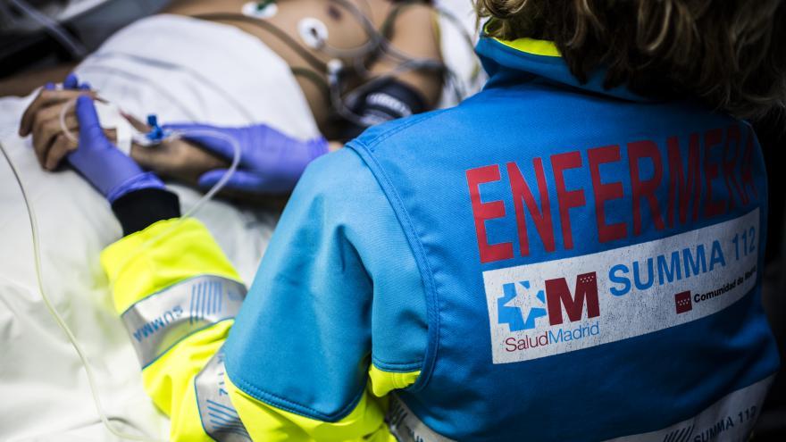 Una enfermera del SUMMA 112, con un paciente