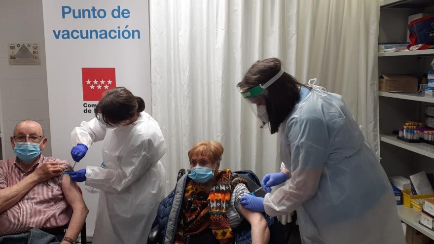 Un matrimonio recibe la vacuna de la covid en el Centro de Salud Barrio del Pilar