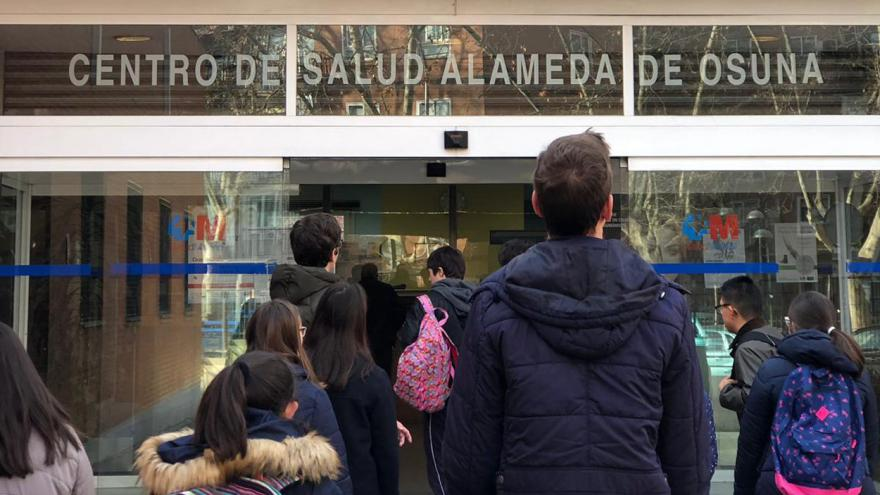 Colegiales entrando al Centro de Salud
