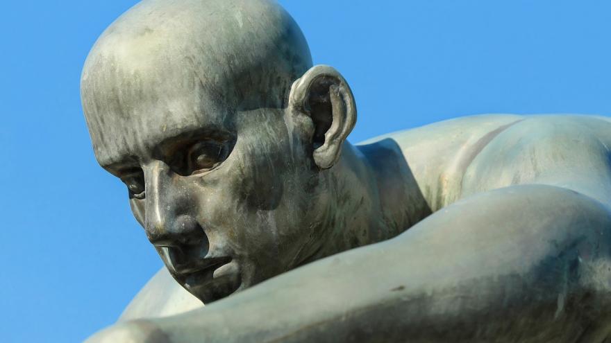 Escultura de cabeza humana