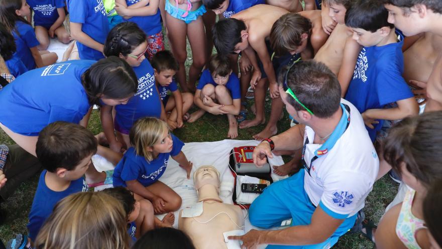 Imagen de un taller de RCP y baño seguro con niños y niñas